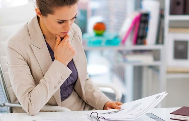 Traduttrice che esamina un documento legale