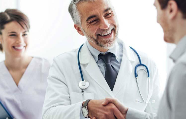 Medici che lavorano a contatto con un traduttore professionista
