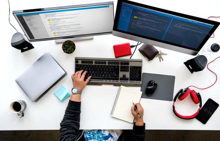 Professionista che lavora alla traduzione di un sito web